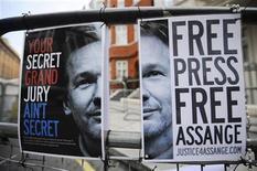 <p>Unos afiches a favor de la liberación de Julian Assange frente a la embajada de Ecuador en Londres, ago 14 2012. Gran Bretaña está decidido a extraditar a Julian Assange a Suecia y se lo ha dejado claro a Ecuador, que está albergando al fundador de WikiLeaks en su embajada en Londres mientras evalúa su pedido de asilo, dijeron el martes autoridades británicas. REUTERS/Ki Price</p>