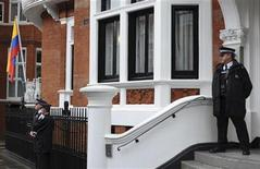 <p>Un grupo de policías realizan una guardia frente a la embajada de Ecuador en Londres, ago 15 2012. El fundador de WikiLeaks, Julian Assange, no tiene manera de dejar su refugio en la embajada ecuatoriana en Londres sin ser arrestado, incluso si Quito le concede pronto un asilo, dijeron abogados. REUTERS/Ki Price</p>