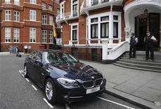 <p>Un grupo de policías custodia la entrada de la embajada de Ecuador en Londres, ago 15 2012. Ecuador ya tomó una decisión sobre el pedido de asilo del fundador de WikiLeaks, Julian Assange, y la anunciará el jueves, dijo el canciller ecuatoriano, Ricardo Patiño. REUTERS/Ki Price</p>
