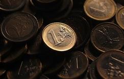 <p>L'euro a atteint jeudi son plus haut niveau depuis sept semaines face au dollar après la publication des résultats préliminaires meilleurs qu'attendu des enquêtes mensuelles PMI auprès des directeurs d'achats en France. /Photo d'archives/REUTERS/Tony Gentile</p>