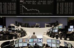 <p>Les Bourses de la zone euro accélèrent leur baisse à l'ouverture de Wall Street, de nouveaux signes de ralentissement de l'économie mondiale venant s'ajouter à l'affaiblissement des espoirs d'une intervention de la Réserve fédérale des Etats-Unis. A 15h50, l'indice CAC 40 perd 0,96% et la Bourse de Francfort (photo) recule de 1,05%. /Photo prise le 23 août 2012/REUTERS/Remote/Lizza May David</p>
