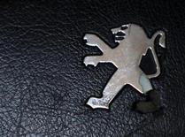 <p>L'action PSA Peugeot Citroën accuse vendredi la plus forte baisse du CAC 40 et du secteur automobile en Europe, la rumeur d'une sortie de la valeur de l'indice phare de la Bourse de Paris s'intensifiant depuis lundi et une note d'Exane BNP Paribas sur le sujet. A 12h32, le titre recule de 4,04% dans un marché parisien en recul de 0,29%, contre une baisse de 1,99% pour le secteur automobile européen. /Photo prise le 15 août 2012/REUTERS/Dado Ruvic</p>