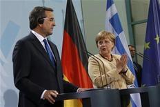 """<p>Antonis Samaras, le Premier ministre grec et Angela Merkel. La chancelière allemande a déclaré vendredi qu'elle et François Hollande étaient convaincus qu'aucune décision sur l'aide à la Grèce ne devait être prise avant que la """"troïka"""" des créanciers internationaux n'ait rendu son rapport. /Photo prise le 24 août 2012/REUTERS/Thomas Peter</p>"""