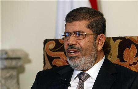 الرئيس المصري محمد مرسي يتحدث خلال مقابلة مع رويترز في القصر الرئاسي بالقاهرة يوم الاثنين. تصوير: اسماء وجيه - رويترز