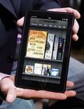 <p>Foto de archivo del dispositivo electrónico Kindle fire de Amazon durante el lanzamiento del producto en Nueva York, sep 28 2011. Amazon.com dijo el jueves que su tableta Kindle Fire tiene el 22 por ciento de las ventas de tabletas en Estados Unidos, y que el dispositivo está agotado. REUTERS/Shannon Stapleton</p>