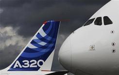 <p>Airbus A380 et A320 lors du salon aéronautique de Farnborough. Airbus anticipe une demande de plus de 28.000 avions pour les 20 prochaines années, un marché évalué à 3.700 milliards de dollars et porté par la croissance attendue du trafic en Asie-Pacifique. /Photo prise le 10 juillet 2012/REUTERS/Luke MacGregor</p>