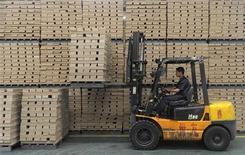 <p>Les indicateurs économiques de la Chine en août rappellent la situation de mars 2009 mais les économistes ne voient pas de redémarrage dans un proche horizon. Les dernières enquêtes auprès des directeurs d'achat montrent une contraction des nouvelles commandes, signe d'une poursuite du ralentissement de la deuxième économie mondiale. /Photo d'archives/REUTERS/Sean Yong</p>