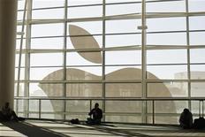 """<p>Apple, à suivre mardi sur les marchés américains. Après sa victoire sur Samsung sur le terrain de la propriété intellectuelle, le groupe a demandé vendredi à un tribunal fédéral américain de se prononcer sur quatre autres produits du sud-coréen mis sur le marché ces dernières semaines, dont le """"smartphone"""" Galaxy S III. /Photo prise le 11 juin 2012/REUTERS/Stephen Lam</p>"""