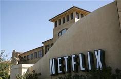 <p>L'action Netflix chutait de plus de 6% mardi à Wall Street après l'annonce d'un accord entre Amazon et Epix qui annonce une intensification de la concurrence dans le domaine de la vidéo en ligne. /Photo d'archives/REUTERS/Robert Galbraith</p>