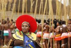 <p>نساء يرقصن خلال احتفال في قرية لودزيدزيني الملكية في سوازيلاند يوم 28 اغسطس آب 2011 - رويترز</p>
