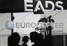 <p>Stand EADS au salon aéronautique ILA de Berlin. Les discussions en vue d'une fusion entre le britannique BAE Systems et EADS, maison mère d'Airbus, illustre l'appétit croissant des fabricants d'équipement militaire pour les marchés civils, conséquence de la baisse des budgets de la Défense. /Photo prise le 13 septembre 2012/REUTERS/Tobias Schwarz</p>