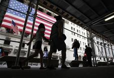 <p>Wall Street a ouvert sur une note indécise jeudi, après l'annonce d'une hausse des inscriptions hebdomadaires au chômage et dans l'attente des résultats de la réunion de politique monétaire de la Réserve fédérale. Dans les premiers échanges, le Dow Jones progressait de 0,02%, le Standard & Poor's de 0,02% et le Nasdaq de 0,08%. /Photo d'archives/REUTERS/Brendan McDermid</p>