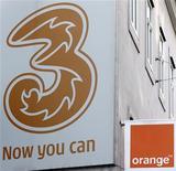 <p>La Commission européenne a des griefs concernant le rachat d'Orange Autriche par Hutchison 3G et s'apprête à ouvrir une enquête approfondie sur cette opération de 1,3 milliard d'euros. /Photo prise le 3 février 2012/REUTERS/Heinz-Peter Bader</p>