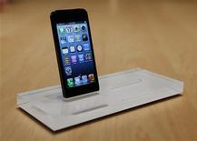 <p>Apple devrait tirer les fruits de la politique de lancement offensive de l'iPhone 5 selon des analystes, qui prévoient que le groupe à la pomme écoule jusqu'à 33 millions d'exemplaires de son smartphone vedette, tous modèles confondus, au troisième trimestre de cette année. /Photo prise le 12 septembre 2012/REUTERS/Beck Diefenbach</p>