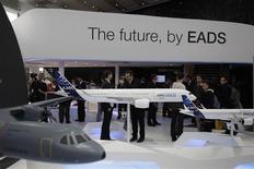 <p>L'action EADS a plongé jeudi pour la deuxième séance consécutive à la Bourse de Paris après l'annonce d'un projet de fusion du groupe européen d'aéronautique et de défense avec BAE Systems. Le titre du conglomérat européen a enregistré la plus forte baisse du CAC 40 (-10,20% à 25,145 euros) et celui du groupe britannique a cédé 7,29%. /Photo prise le 13 septembre 2012/REUTERS/Tobias Schwarz</p>