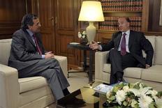 <p>Le ministre français des Finances en compagnie du Premier ministre grec Antonis Samaras. Lors d'une visite jeudi à Athènes, Pierre Moscovici a déclaré que la Grèce devait remplir les engagements pris dans le cadre des plans d'aides pour continuer de bénéficier du soutien de ses partenaires européens. /Photo prise le 13 septembre 2012/REUTERS/Aris Messinis/Pool</p>