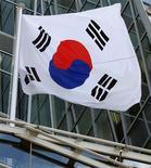 <p>Après Moody's et Fitch, Standard & Poor's a relevé vendredi la note souveraine de la Corée du Sud d'un cran, à A+, en invoquant un changement de dirigeant en douceur en Corée du Nord qui a réduit les risques géopolitiques pesant sur la péninsule. /Photo prise le 16 août 2012/REUTERS/Yuriko Nakao</p>