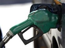 <p>Dans une station service new-yorkaise. Les prix à la consommation aux Etats-Unis ont progressé de 0,6% en août, leur plus forte hausse depuis juin 2009, dopés par l'envolée du prix de l'essence. /Photo d'archives/REUTERS/Shannon Stapleton</p>