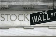 <p>Wall Street poursuivait vendredi sa hausse dans un climat d'euphorie après l'annonce d'un programme offensif de soutien à l'économie de la Fed, via des rachats d'obligations. Dans les premiers échanges, le Dow Jones avançait de 0,43%, le Standard & Poor's de 0,45% et le Nasdaq de 0,53%. /Photo d'archives/REUTERS/Brendan McDermid</p>