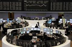 <p>La Bourse de Francfort a terminé en hausse d'1,39% vendredi et à Paris, le CAC a pris 2,27%. Les Bourses européennes ont clôturé en forte hausse vendredi au lendemain de l'annonce par la Réserve fédérale d'un troisième programme d'assouplissement quantitatif pour stimuler l'économie américaine, qui s'ajoute à l'action dans le même sens décidée par la Banque centrale européenne. /Photo prise le 14 septembre 2012/REUTERS/Remote/Amanda Andersen</p>
