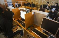 <p>Dans un café internet à Téhéran. L'Iran a terminé dimanche de connecter toutes ses administrations à un réseau intranet national, séparé de l'internet mondial et projette de l'ouvrir bientôt à l'ensemble de ses habitants. /Photo d'archives/REUTERS/Raheb Homavandi</p>