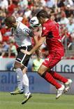 <p>Duel entre Roberto Soldado (à gauche) de Valence et Pedro Geromel de Majorque. L'équipe des Baléares s'est imposée 2-0 à domicile, une victoire qui lui permet de grimper à la deuxième place de la Liga. /Photo prise le 23 septembre 2012/REUTERS/Enrique Calvo</p>