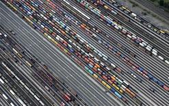 <p>Containers et véhicules en cours de chargement sur des trains de marchandises à Maschen, près de Hambourg. Le climat des affaires en Allemagne s'est dégradé en septembre pour le cinquième mois consécutif, reculant à son plus bas niveau depuis février 2010 en dépit des initiatives prises en début de mois par la BCE pour régler la crise de la dette dans la zone euro. /Photo prise le 23 septembre 2012/REUTERS/Fabian Bimmer</p>