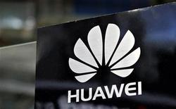 <p>Foto de archivo del logo de la firma Huawei durante la feria de intercambio tecnológico CommunicAsia en Singapur, jun 19 2012. Huawei Technologies, el sexto mayor fabricante de teléfonos móviles del mundo, busca que sus smartphones superen las tasas de crecimiento global y que se conviertan en una sólida fuente de ingresos. REUTERS/Tim Chong</p>
