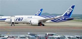 <p>La compagnie aérienne japonaise All Nippon Airways et le constructeur aéronautique américaine Boeing ont annoncé lundi une commande de 11 B787-9 Dreamliner, une commande évaluée à 2,7 milliards de dollars au prix catalogue. Boeing précise qu'ANA aura ainsi commandé au total 66 Dreamliner. /Photo prise le 5 septembre 2012/REUTERS/Kyodo</p>