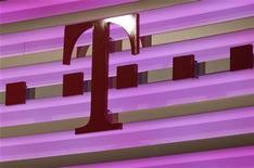 <p>Deutsche Telekom a confirmé mercredi la fusion de sa filiale américaine T-Mobile USA avec MetroPCS, une opération qui pourrait lui permettre à terme de quitter le marché américain du mobile. /Photo prise le 23 février 2012/REUTERS/Ina Fassbender</p>