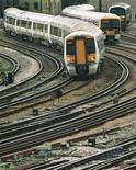 <p>La Grande-Bretagne a annulé mercredi l'accord octroyant au secteur privé la concession de l'une des principales lignes ferroviaires du pays, une volte-face humiliante qui fait planer des doutes sur la gestion du secteur. Le gouvernement a gelé mercredi trois autres appels d'offre en cours. /Photo d'archives/REUTERS/Lenore Jarvis</p>