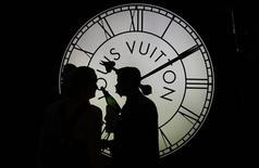 <p>Louis Vuitton, la marque phare du groupe LVMH, va se lancer dans les stylos et la papeterie haut de gamme, selon des sources proches du dossier. /Photo prise le 25 septembre 2012/REUTERS/Tobias Schwarz</p>