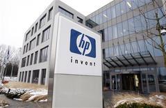 <p>Hewlett-Packard à suivre sur les marchés américains. L'objectif de cours du groupe informatique a été revu à la baisse par plusieurs intermédiaires après les prévisions jugées décevantes présentées mercredi. /Photo d'archives/REUTERS/Thierry Roge</p>
