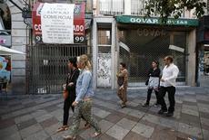 <p>Dans les rues de Madrid. La zone euro envisage de venir en aide à l'Espagne en mettant en place un système d'assurance pour les investisseurs qui acquièrent des obligations d'Etat, une démarche qui vise à préserver l'accès du pays aux marchés financiers, tout en minimisant le coût de ce soutien pour les contribuables européens, selon des sources de l'Union européenne. /Photo prise le 24 septemrbe 2012/REUTERS/Andrea Comas</p>