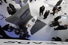 <p>EADS est prêt à apporter des garanties à l'Allemagne dans le cadre de son projet de fusion avec BAE Systems, espérant ainsi convaincre Berlin de renoncer à une part directe dans l'entité issue d'un éventuel rapprochement, une exigence qui risque de faire capoter les discussions. /Photo prise le 13 septembre 2012/REUTERS/Tobias Schwarz</p>