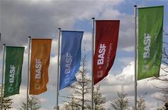 <p>BASF, numéro un mondial de la chimie, a annoncé jeudi une réorganisation de son activité de chimie de construction et la cession de sa filiale suisse Meyco Equipment en raison d'une baisse de la demande en Europe du Sud et au Royaume-Uni. /Photo prise le 20 avril 2012/REUTERS/Ina Fassbender</p>