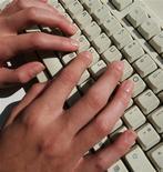 <p>Un jeune informaticien a été condamné jeudi à six mois de prison avec sursis et plus de 176.000 euros de dommages et intérêts pour avoir administré un site de téléchargement illégal. /Photo d'archives/REUTERS</p>
