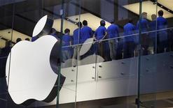 <p>Apple pourrait dévoiler une version plus compacte de sa tablette iPad le 23 octobre lors d'une manifestation accessible uniquement sur invitation, indique vendredi le blog spécialisé AllTHingsD, citant des sources proches de la firme à la pomme. /Photo prise le 21 septembre 2012/REUTERS/Tim Wimborne</p>