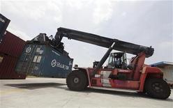<p>Les exportations chinoises ont progressé en septembre à un rythme presque deux fois plus élevé que prévu (+9,9% en septembre en rythme annuel, contre une hausse attendue de 5,0%), tandis que les importations se sont avérées conformes aux attentes. /Photo prise le 10 juillet 2012/REUTERS</p>