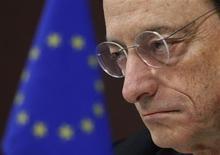 <p>La supervision des banques de la zone euro par la Banque centrale européenne ne devrait pas être opérationnelle avant 2014, même si la décision de la mettre en place intervient dès janvier 2013, a estimé samedi le président de la BCE Mario Draghi lors d'une conférence de presse en marge de l'Assemblée d'automne du Fonds monétaire international (FMI), à Tokyo. /Photo prise le 13 octobre 2012/REUTERS/Issi Kato</p>