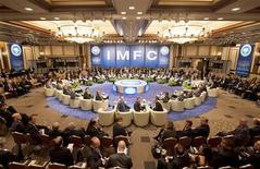 <p>Lors de la réunion du Comité monétaire et financier international (CMFI) samedi à Tokyo, en marge de l'assemblée d'automne du Fonds monétaire international (FMI). Les ministres des Finances et banquiers centraux des principales puissances mondiales ont adopté samedi une liste de mesures à prendre pour désamorcer les problèmes de dette en Europe et aux Etats-Unis, alors que la croissance mondiale ralentit et que de fortes incertitudes subsistent. /Photo prise le 13 octobre 2012/REUTERS/Stephen Jaffe/FMI</p>