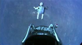 <p>El paracaidista austríaco Felix Baumgartner salta desde una cápsula ubicada sobre Roswell, EEUU, oct 14 2012. Un temerario paracaidista austríaco saltó el domingo desde un globo hacia la estratósfera desde una altura de 38 kilómetros sobre la tierra y rompió al menos dos récords mundiales, incluyendo el salto en paracaídas desde mayor altura, dijeron los patrocinadores del proyecto. REUTERS/Red Bull Content Pool/Handout Imagen para uso no comercial, ni ventas, ni archivos. Solo para uso editorial. No para su venta en marketing o campañas publicitarias. Esta imagen fue entregada por un tercero y es distribuida, exactamente como fue recibida por Reuters, como un servicio para clientes.</p>