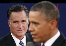<p>Imagen de archivo del candidato republicano a la presidencia de Estados Unidos Mitt Romney (al fondo en la imagen), junto al mandatario Barack Obama, durante el segundo debate realizado en Hempstead, oct 16 2012. El presidente Barack Obama y el republicano Mitt Romney se enfrentarán el lunes ante las cámaras en un tercer y último debate, cerca del final de una campaña presidencial en Estados Unidos que ha estado marcada por enfrentamientos memorables. REUTERS/Jim Young</p>