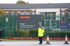 <p>Un groupe d'actionnaires de BAE Systems demande la démission de deux dirigeants du groupe de défense britannique - le président Dick Olver et le directeur indépendant Peter Mason - après l'échec des pourparlers de fusion avec EADS, rapporte mardi le Financial Times. /Photo d'archives/REUTERS/Nigel Roddis</p>