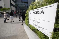 <p>Nokia envisage d'émettre pour 750 millions d'euros d'obligations convertibles afin de renflouer sa trésorerie et de financer en partie sa nouvelle offensive commerciale. /Photo prise le 14 juin 2012/REUTERS/Markku Ruottinen/Lehtikuva</p>