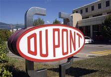 <p>Le groupe américain de chimie DuPont a réalisé au troisième trimestre un bénéfice net de 10 millions de dollars, contre 452 millions un an plus tôt sur la période correspondante, conséquence de la baisse de la demande pour plusieurs de ses principaux produits. /Photo d'archives/REUTERS/Denis Balibouse</p>