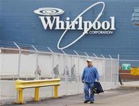 <p>Whirlpool affiche des résultats au troisième trimestre meilleurs que prévu, à la faveur de hausses du prix de ses produits et d'un strict contrôle des coûts, ce qui conduit le numéro un mondial de l'électroménager à relever ses prévisions de bénéfices pour l'année. /Photo d'archives/REUTERS/Brian Snyder</p>