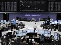 <p>Les Bourses européennes ont essuyé mardi de lourdes pertes, l'aversion au risque s'étant intensifiée dans un contexte de résultats d'entreprises décevants alors que Moody's a abaissé la note de cinq régions espagnoles. Le CAC 40 a perdu 2,2%, la Bourse de Londres a cédé 1,44%, celle de Francfort 2,11%, Milan 1,81% et Madrid 1,64%. /Photo prise le 23 octobre 2012/REUTERS/Remote/Lizza David</p>