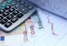 """<p>Le gouverneur de la Banque de France, Christian Noyer, estime que la prévision de croissance de 0,8% de l'économie française retenue par le gouvernement pour bâtir le projet de budget 2013 """"n'est pas improbable"""". /Photo d'archives/REUTERS/Dado Ruvic</p>"""