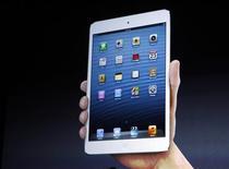 <p>Apple présente ce mardi la dernière déclinaison de sa tablette iPad, plus petite, moins chère et censée se faire une place au soleil dans un segment du marché dominé par Amazon.com et Google. /Photo prise le 23 octobre 2012/REUTERS/Robert Galbraith</p>